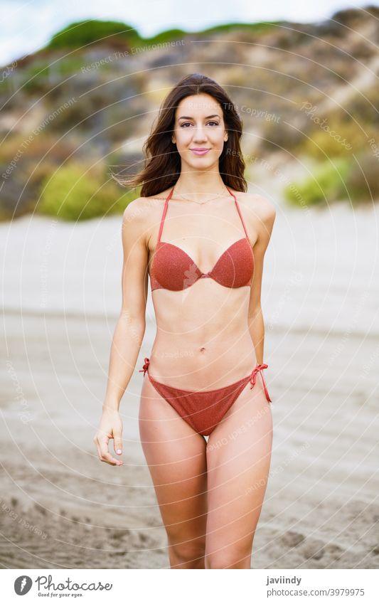 Porträt einer Frau mit schönem Körper an einem tropischen Strand Bikini Badeanzug Sommer Freizeit Lifestyle Mädchen Küste Behaarung niedlich Frisur Saison MEER
