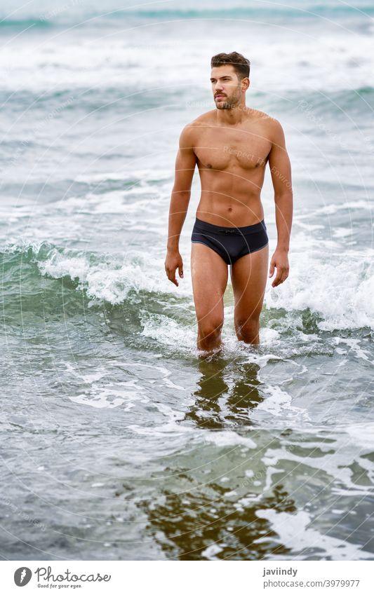 Hübscher muskulöser Mann beim Baden am Strand männlich gutaussehend Gesundheit Wasser Menschen passen MEER Model Bauchmuskeln Urlaub Fitness Truhe stark