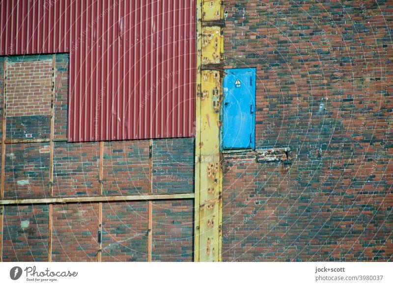 Hinter der blauen Tür wartet der Abgrund Kraftwerk Charlottenburg Denkmalschutz Architektur Stahlträger Berlin Backsteinwand Metalltür Metallblende