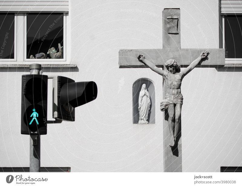 Formen und Farbe des Glaubens Fußgängerampel ampelmännchen Verkehrswege Verkehrszeichen Fassade Fenster Sicherheit Stofftiere marienstatue Symbole & Metaphern