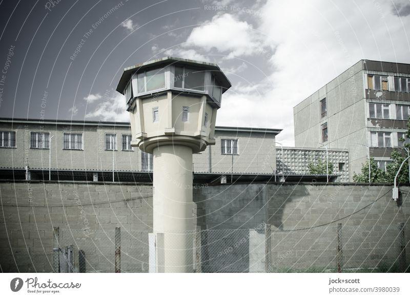 Gedenkstätte, ehemaliges Gefängnis des Ministeriums für Staatssicherheit Gedänkstätte Wachturm Gefängnismauer historisch Himmel Wolken DDR Architektur