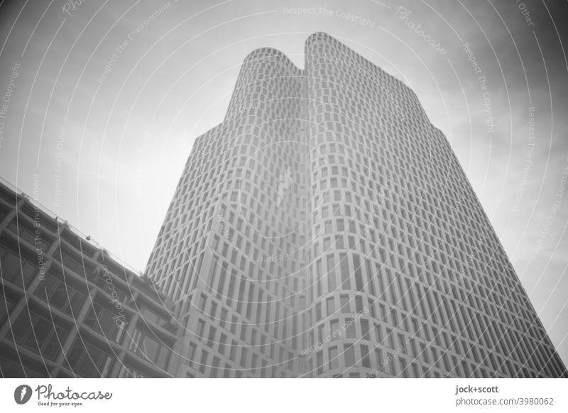 Hoch hinaus im westlichen Teil der Großstadt Hotel Innenstadt Architektur Hochhaus Doppelbelichtung Stil Strukturen & Formen modern Fassade Froschperspektive