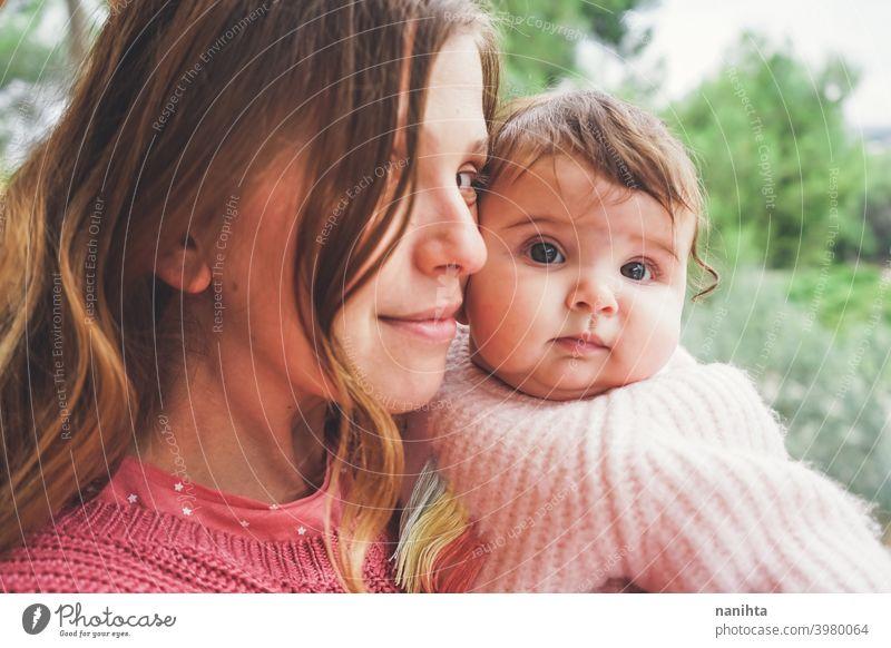 Junge Mutter umarmt ihr Baby Mama Familie Mutterschaft Fröhlichkeit Elternschaft Liebe Lifestyle Familienzeit Zeit Leben Umarmung umarmend Pflege lieblich