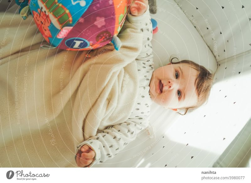 Porträt eines kleinen verspielten Babys in seiner Wiege spielerisch Kindheit Familie Liebe Glück niedlich Glückseligkeit warm weich kawaii bezaubernd