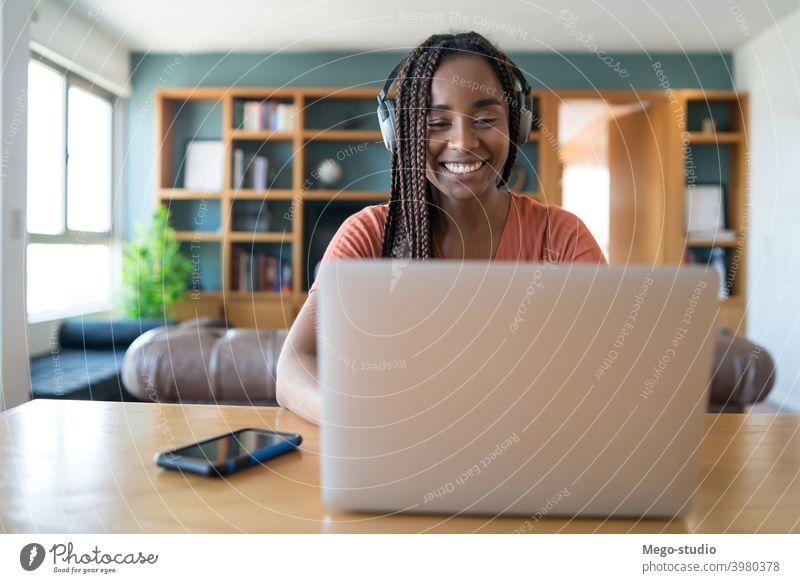 Frau arbeitet von zu Hause aus. heimwärts Büro Video Anruf Business Arbeit Tagung Technik & Technologie jung Laptop online Internet covid-19 benutzend Beruf
