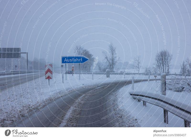 Winterspaß Autofahren Schnee Straße Wege & Pfade kalt Verkehr glatteis Glätte Außenaufnahme Verkehrswege Farbfoto Eis Frost Menschenleer Straßenverkehr Tag