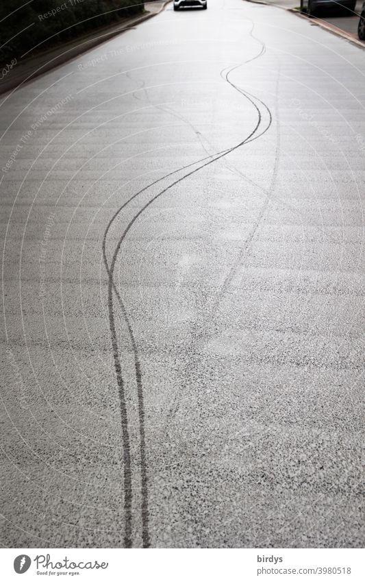 Spur eines Radfahrers der Schlangenlinien gefahren ist. Alkohol im Straßenverkehr Fahrradspur betrunken Linien kurvig Fahrradfahren Alkoholeinfluss Auto