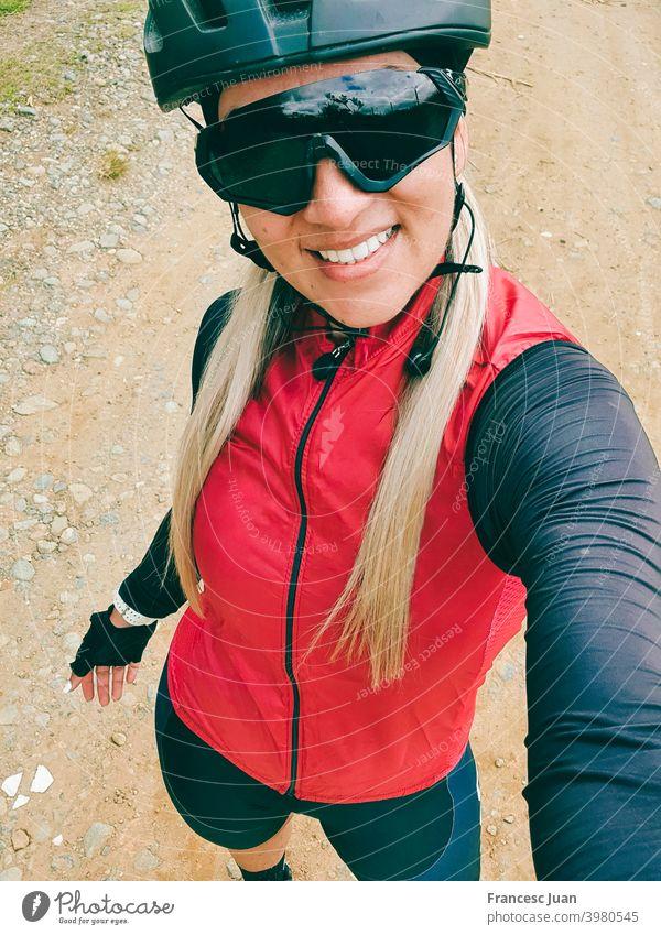 Schöne Radfahrer Frau Selfie Ausbildung in den Berg. Lächeln Fahrradfahren jung Porträt Menschen Hut Kind Person Glück Teenager Mode Schönheit weiß