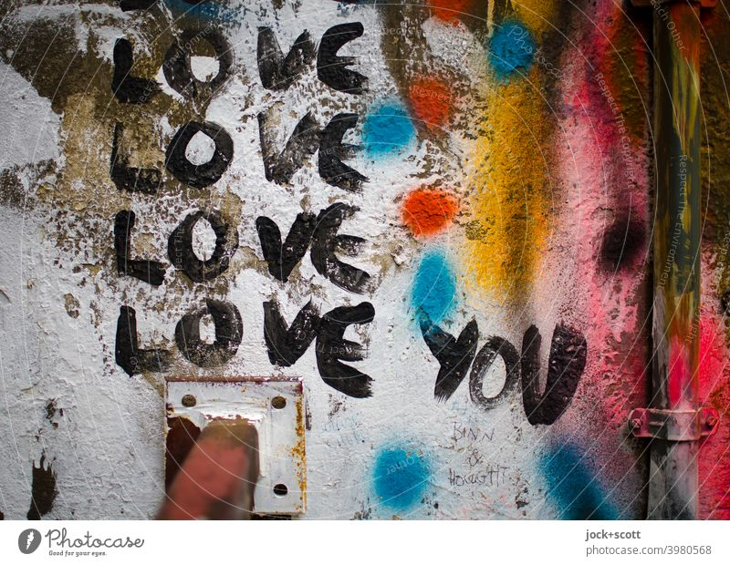 Schriftzeichen und Farben der Liebe Straßenkunst Subkultur Wand Wort Verliebtheit Leidenschaft Kreativität Liebeserklärung Englisch Zahn der Zeit Regenrohr