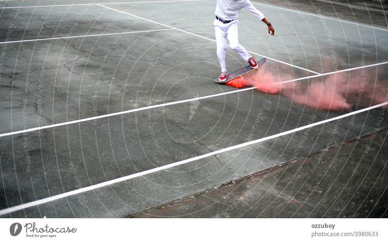Skateboarder spielen auf Tennisplatz mit rosa Rauch auf Skateboard Skateboarding urban Sport Skater Schlittschuh jung Lifestyle Skateboarderin Jugend Stil