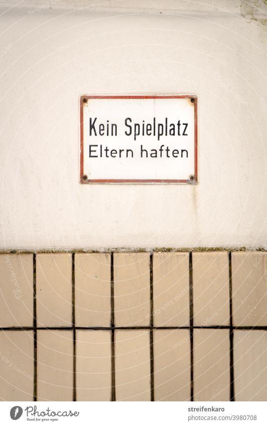 Kein Platz zum Spielen, droht das ernst gemeinte Schild Verbot kein Spielplatz Spielen verboten Schilder & Markierungen Hinweisschild Verbotsschild