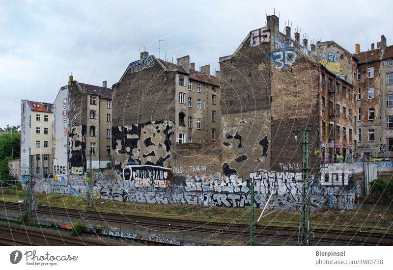 Rückseite der Kopenhagener Straße in Berlin-Prenzlauer Berg mit Gleisen der S- und Fernbahn Bezirk Pankow Hinterhof Fassaden Graffiti unverputzt Altbau