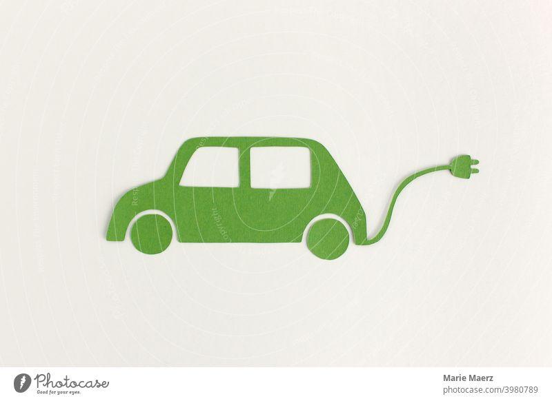 E-Auto | Papier-Illustration eines grünen Autos mit Stromkabel e-Auto Symbole & Metaphern Mobilität Zukunft Verkehrsmittel Fahrzeug Elektrizität