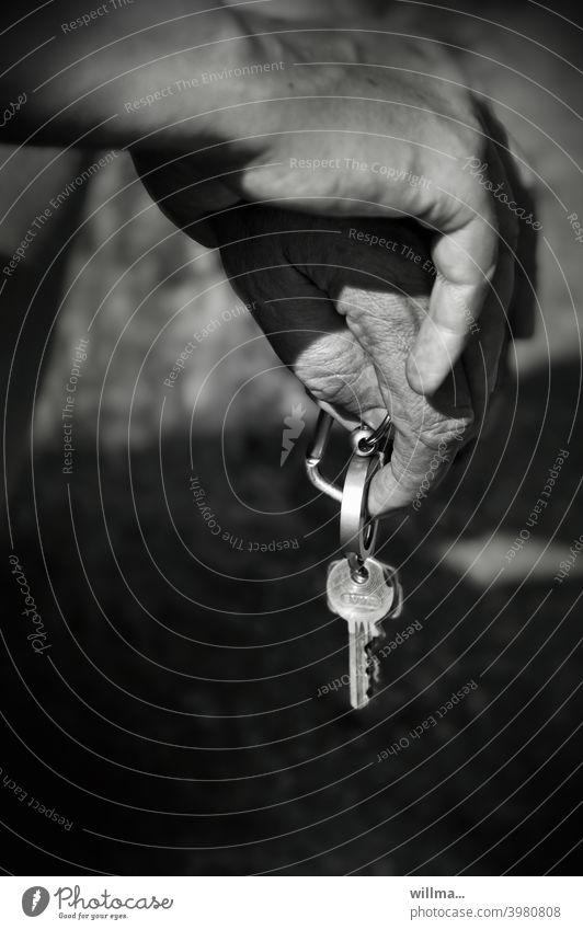 Zwischenstopp Autoschlüssel Hand Fahrpause Auszeit Pause sw
