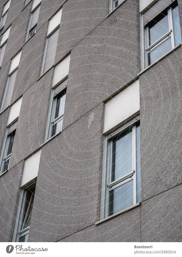 Detailansicht einer modernen Plattenbausiedlung Wohnblock grau Beton Betonplatte alt trist trostlos kalt unmenschlich niemand Menschenleer billig Fassade