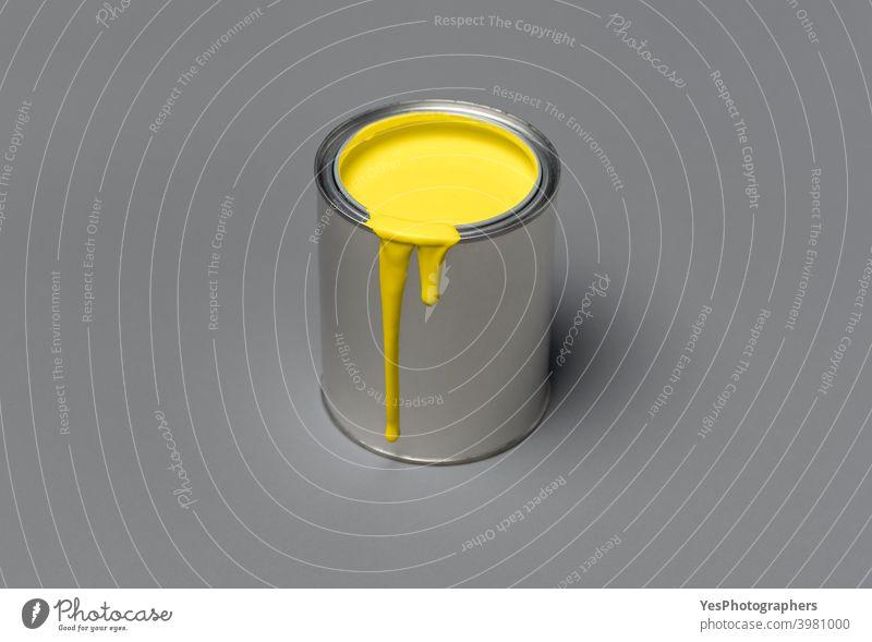 Gelbe Farbdose auf grauem Hintergrund. Blechdose mit gelber Farbe, 2021 Trendfarbe 13-0647 17-5104 Acryl blanko kreidige Farbe Farbschema Farben Container