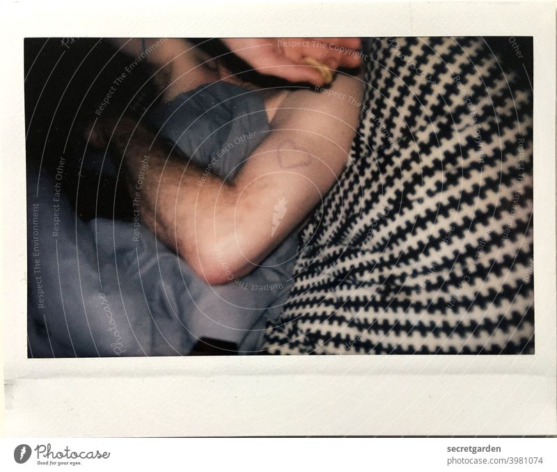 <3 Herz Liebe Valentinstag herzförmig Liebesgruß Zeichen Liebesbekundung Glück Gefühle Liebeserklärung Romantik Verliebtheit Nahaufnahme Bett Bettdecke nackt