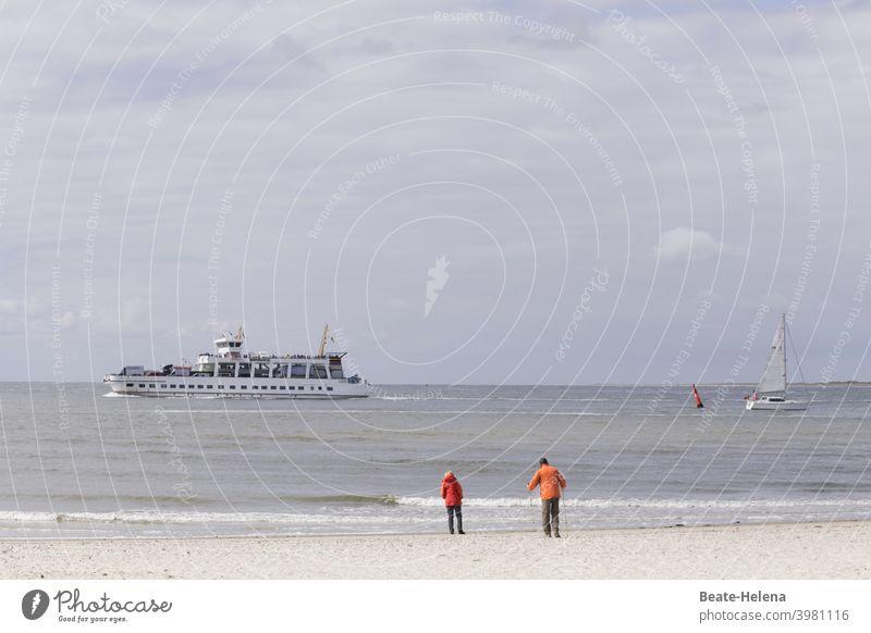 Auszeit - Sehnsucht nach Ferien Meer Schiff Spaziergänger Strand Weite Urlaub Sehnsuchtsort Ferien & Urlaub & Reisen Erholung Wasser Küste Sand Tourismus Wellen