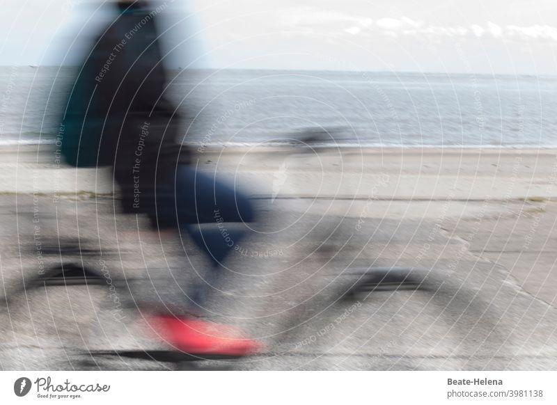 die Sonne lockt: Radfahrer*in am Meer Sommer Freizeit Fahrradfahren Sommer Sonne Draußen rote Schuhe Spaß Wasser Ausflug Bewegung Sport Gesundheit