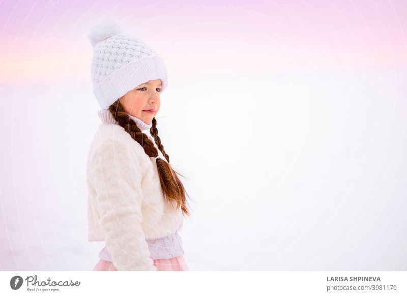 Porträt des kleinen Mädchens auf Spaziergang im Winter in frühen frostigen Morgen. kalt Gesicht Hut schön jung Schnee Weihnachten niedlich Glück Mode weiß