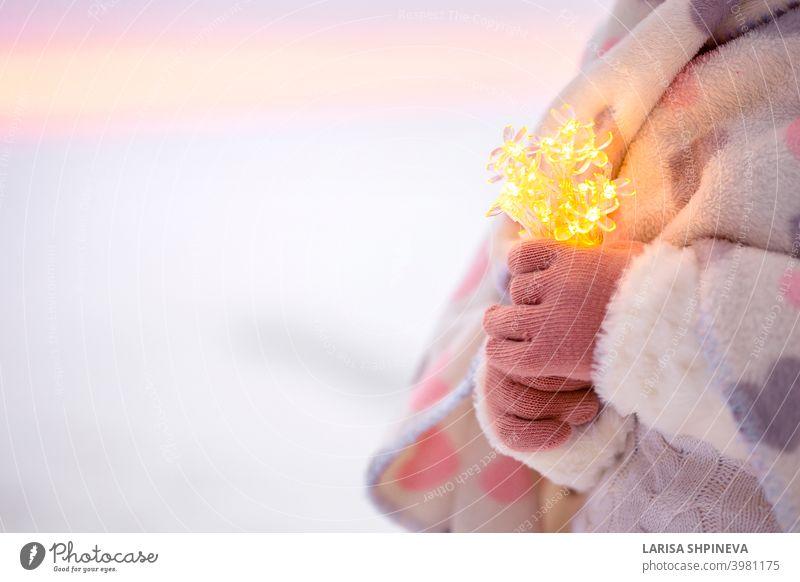 Kleines Mädchen Hände halten Kette von Bokeh Lichter. Weihnachtsdekoration zu machen Wunsch. Hand hell Halt Weihnachten Party Hintergrund Feiertag neu