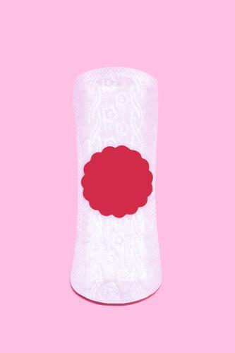 Frauenhygiene. Damenbinden mit Blutstropfen. Menstruationszyklus Symbol Konzept. Vertikales Bild Hygiene monatlich d absorbieren abstrakt Kunst Hintergründe