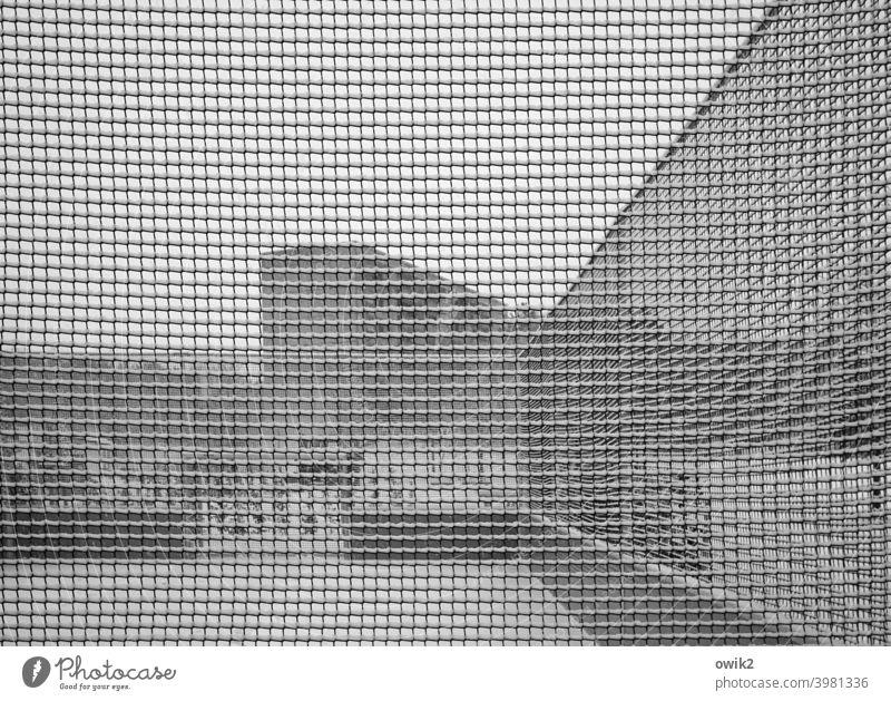 Abstraktes Denken Maschendrahtzaun Begrenzung Haus Wand Mauer Stadt Außenaufnahme Totale Grundstück Detailaufnahme Fassade Absperrung Architektur Schnee Winter
