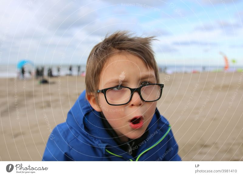 Kind schreit in die Kamera Blick in die Kamera Porträt Oberkörper Sonnenlicht Licht Strukturen & Formen Außenaufnahme mehrfarbig Aggression Respekt Stolz