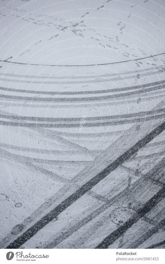 #A0# Spuren der Zeit Straße Winterstraße winterlich Wintertag verschneit Wintereinbruch Kälte Winterstimmung Fußspuren winterreifen Winterreifenpflicht