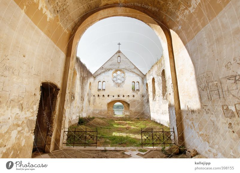 dem himmel so nah Kultur Dorf Kirche Ruine alt Rücken Religion & Glaube Kathedrale Katholizismus Protestantismus Serbien Donau Autofenster Bogen Dach
