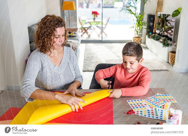 Mutter und Sohn basteln zu Hause mit Kartons. Aktivität bezaubernd Erwachsener Geburtstag Geburtstagskrone Kind Kindheit Klassenraum farbenfroh kreativ Krone