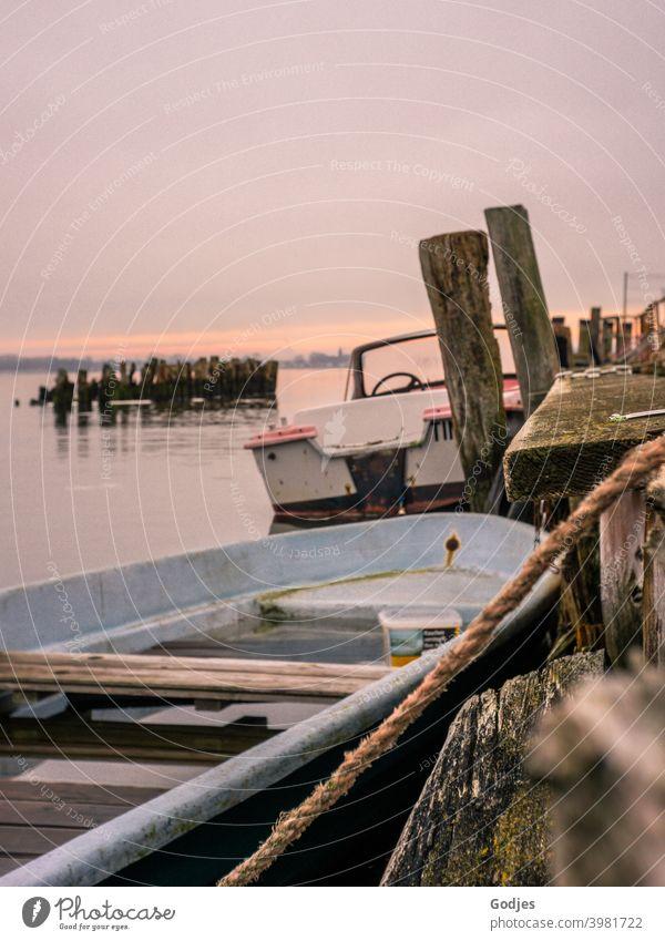 Alte Boote am Steg vertäut Schifffahrt Holz Seil Tau Reisen Wasser Himmel Hafen maritim Außenaufnahme Menschenleer Wasserfahrzeug Fischerboot Tag Nahaufnahme