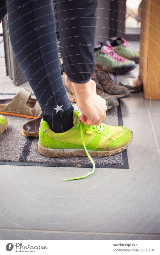 Jogging Sport aktivität Joggen joggingschuhe Frau Junge Frau schuhe anziehen schuhe binden Schnürsenkel Schnürsenkel binden modern Hipster neourban Stern Mode