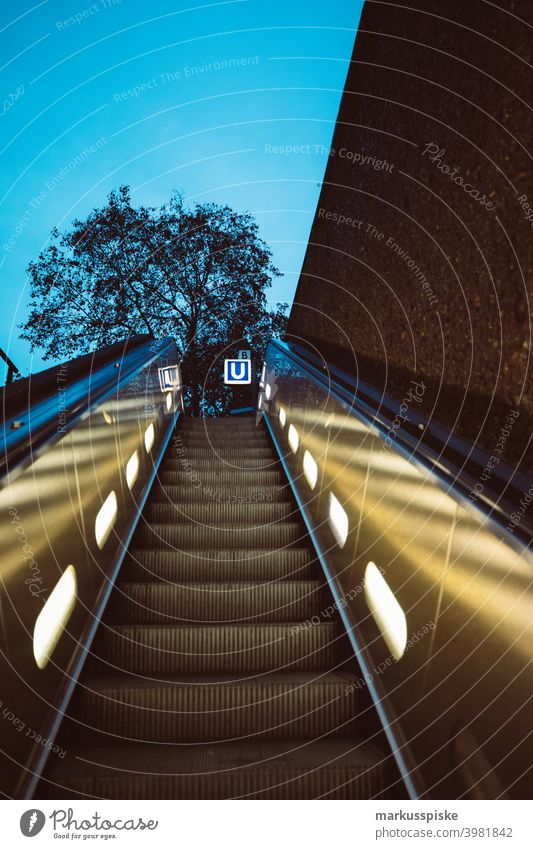 U-Bahn-Rolltreppe Bayern Deutschland Öffentlicher Nahverkehr Straßenbahn u-bahn Pendeln Mobilität Verkehr Tube unterirdisch