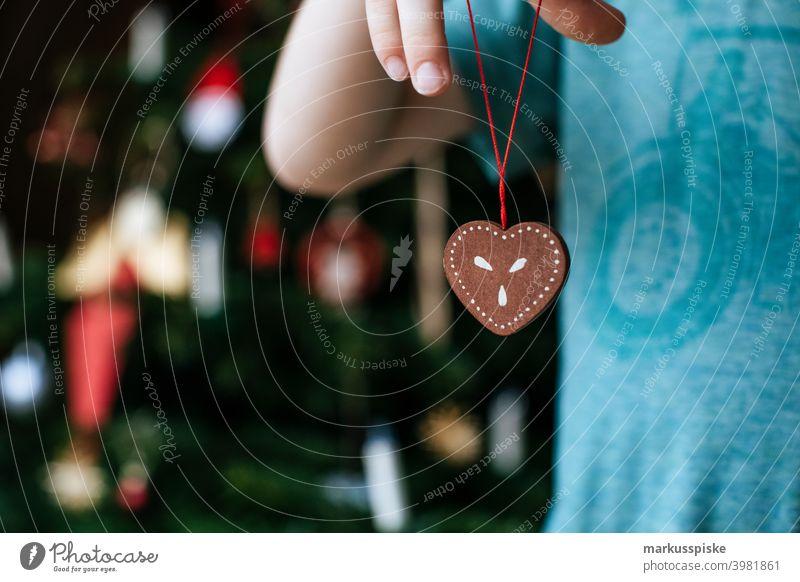 Junge halten weihnachten herz decration Kind Kindheit Weihnachten weihnachtskugel weihnachtsglocke Weihnachtsgeschenk weihnachtsfeier Weihnachtlich farbenfroh