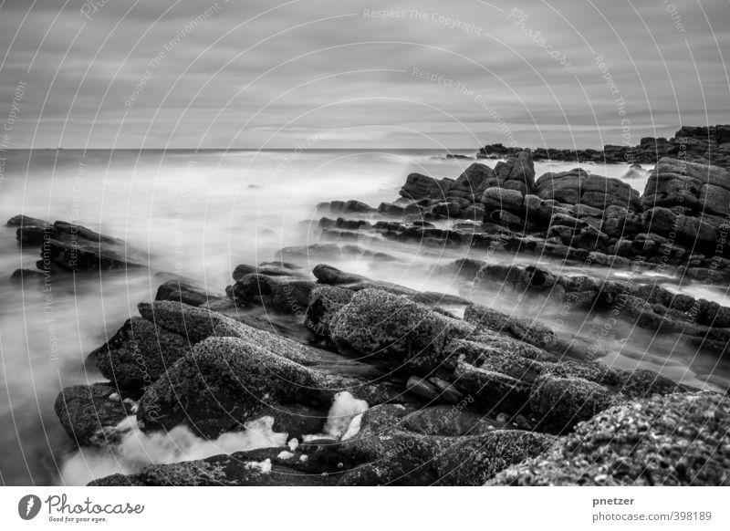Das Meer Umwelt Natur Landschaft Urelemente Luft Wasser Himmel Wolken Klima Klimawandel Wetter Felsen Wellen Küste Bucht bedrohlich schön Gefühle Abenteuer