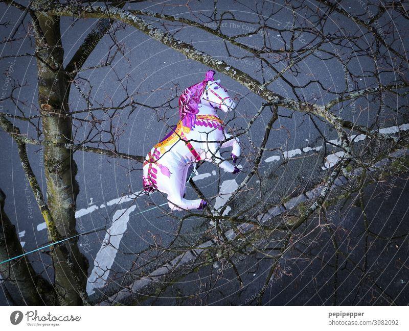 gefangener Pferde-Luftballon auf einen Baum von einem Fenster aus fotografiert Luftballons Spielzeug Feste & Feiern Freude Geburtstag Farbfoto Party