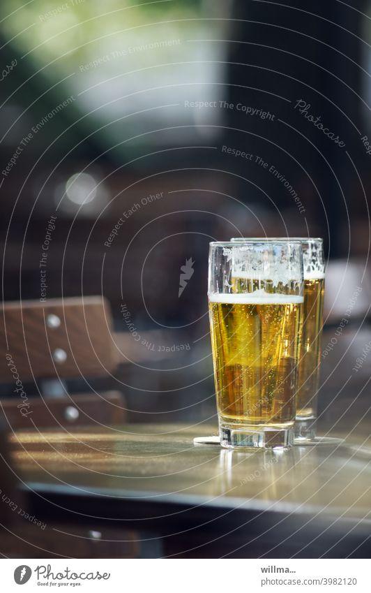 treffen sich zwei Biere ... Biergarten Gläser Tisch Helles schönes Wetter