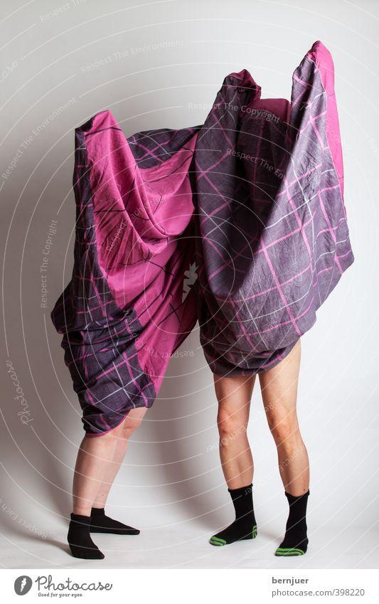 Bettwäschmonster Mensch Einsamkeit Freude schwarz Erwachsene feminin Spielen Beine rosa maskulin stehen Wandel & Veränderung einzigartig Schutz geheimnisvoll