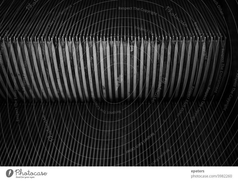 Dunkles Schwarzweißbild einer Rolltreppe rolltreppe traurig hamsterrad depressionen Einsamkeit Traurigkeit allein einsam unglücklich Schmerz ernst symmetrisch