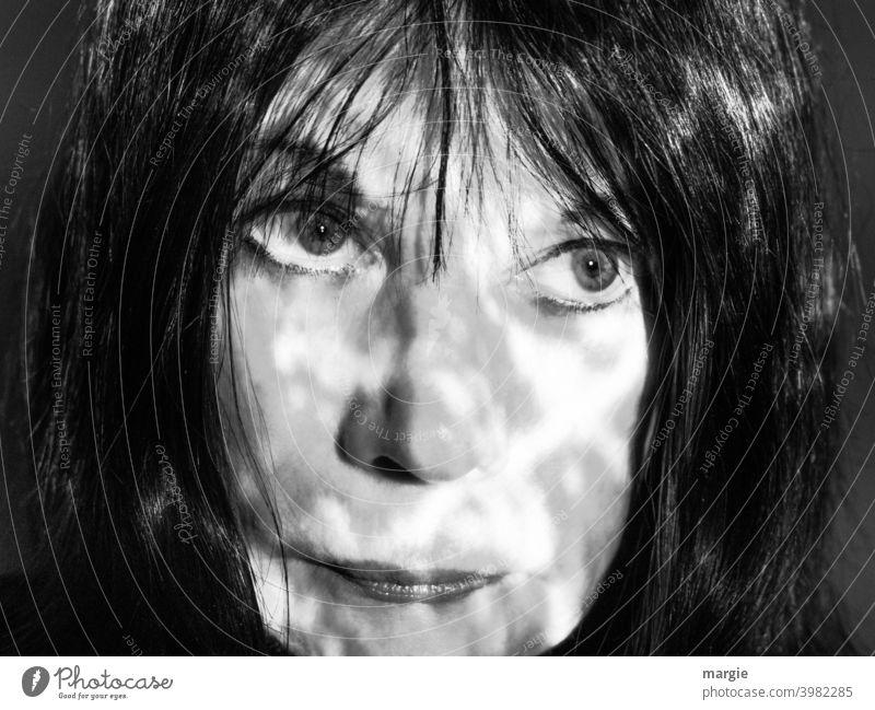 Das Gesicht einer Frau mit Schatten Augen Mund Kopf Mensch Porträt Nase feminin Junge Frau Erwachsene Lippen Schwarzweißfoto Frauengesicht Blick Haare Portrait