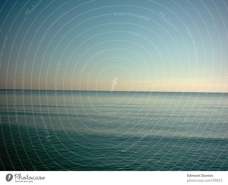 Nussschale Wasserfahrzeug Meer ruhig Horizont Wellen Einsamkeit Morgen Ostsee blau Frieden Himmel Natur Idylle