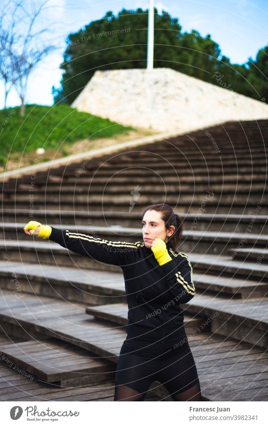 Mädchen Training Körper Kampf im Park. Selbstverteidigung Konzept Aktion Athlet bandagieren Schlacht Boxer Boxsport brünett Kaukasier Konkurrenz Textfreiraum