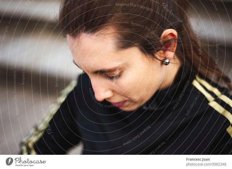 Porträt einer jungen Frau in weißer Sportkleidung hinter einer Holztreppe im Park. aktiver Lebensstil Erwachsener Herbst schöne Menschen schöne Frau Nahaufnahme