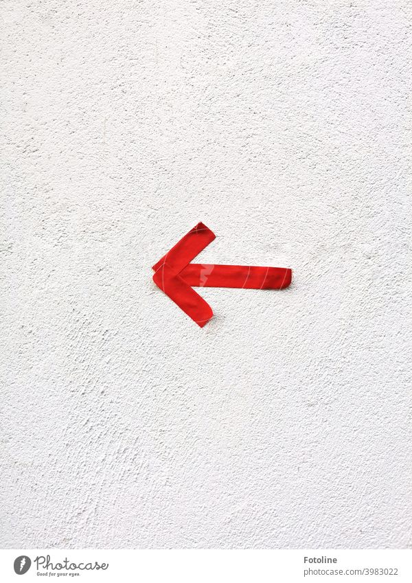Links lang! Das sagt jedenfalls der rote Pfeil. Richtung richtungweisend Ziel Orientierung Menschenleer Zeichen Schilder & Markierungen Farbfoto Hinweisschild