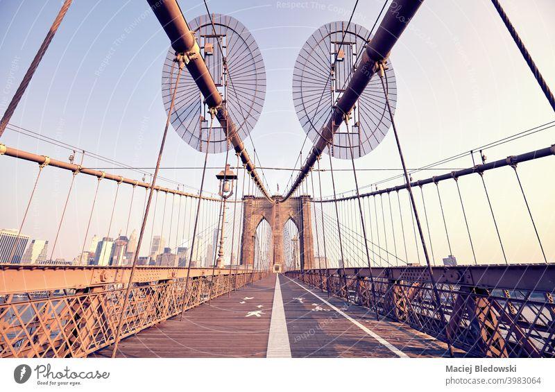 Weitwinkelaufnahme der Brooklyn Bridge am Morgen, New York City, USA. New York State Großstadt Gebäude Wahrzeichen reisen Stadtbild Architektur retro