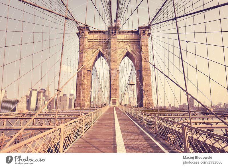 Retro Farbe getönten Bild der Brooklyn Bridge, New York City, USA. Großstadt New York State Wahrzeichen reisen Architektur retro altehrwürdig Brücke Weg