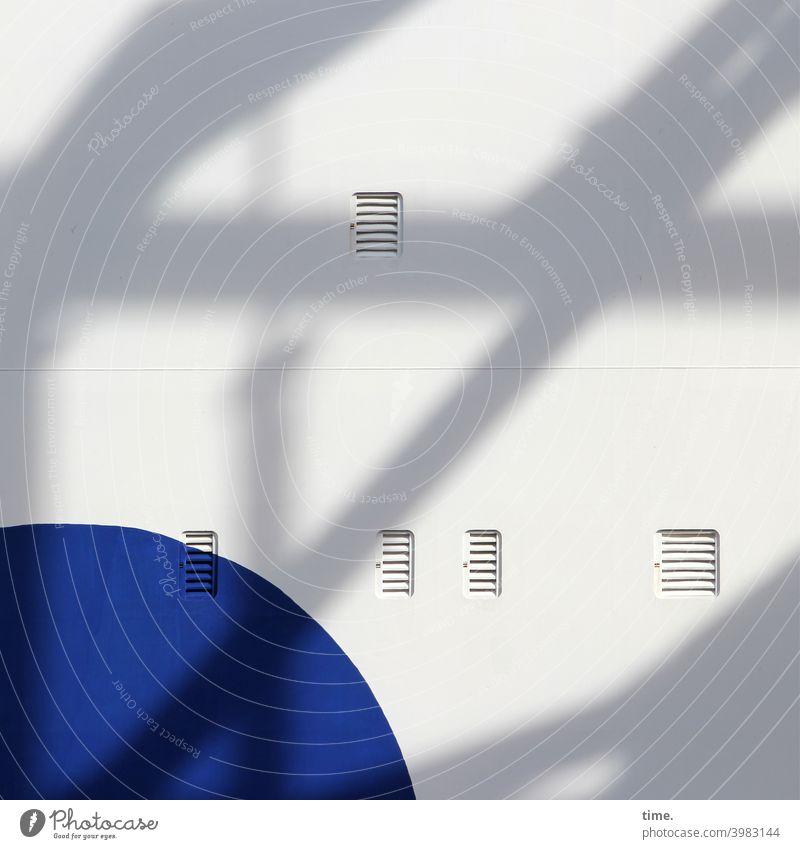 blue print Fähre lüftung hell bordwand schiff fassade rund eckig abgerundet linien streifen luxusdampfer maritim schatten