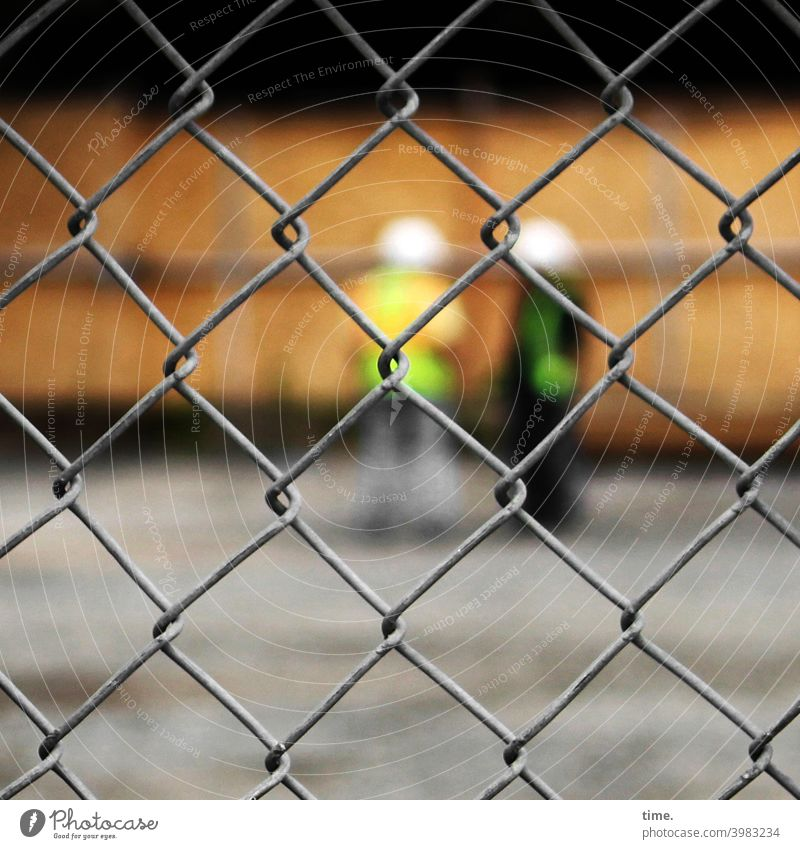 Geschichten vom Zaun (90) Baustelle zaun arbeiter besprechung Maschendraht Maschendrahtzaun unschärfe helme sicherheit schutz