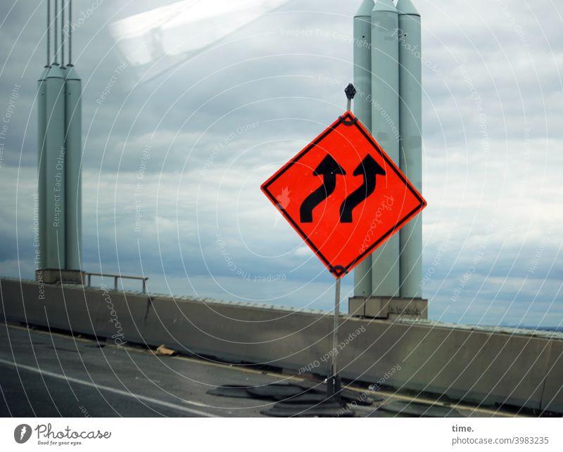 jetzt aber schnell | leicht rechts halten Baustelle Verkehrszeichen schild pfeil farbe brücke rohre beton straße autoverkehr reflexion himmel wolken